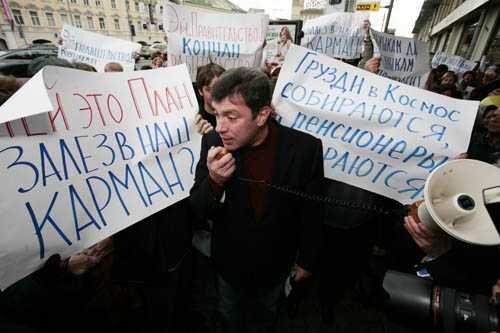 """Борис Немцов на пикете у """"Седьмого Континента"""" Фото с сайта qwas.ru"""